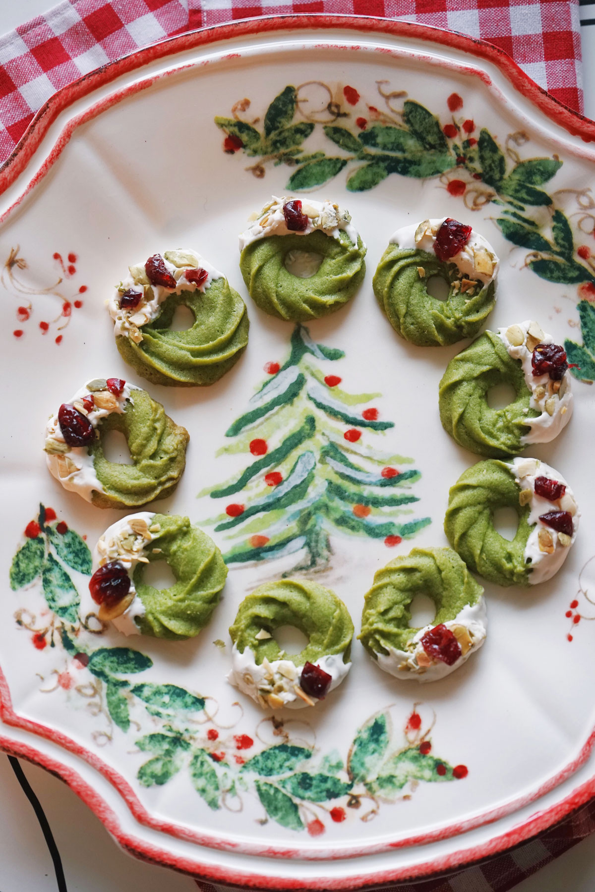 Herbakinglab-Matcha-Christmas-Wreath-Shortbread-in-plate