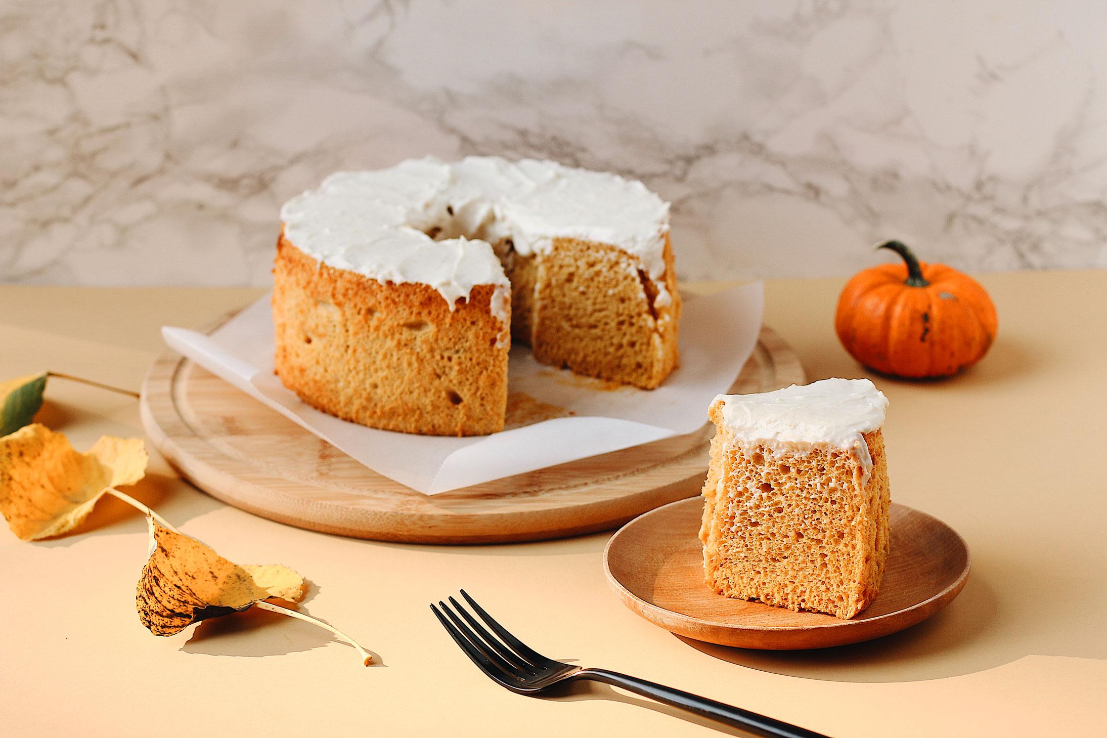 herbakinglab-pumpkin-angel-food-cake-cut