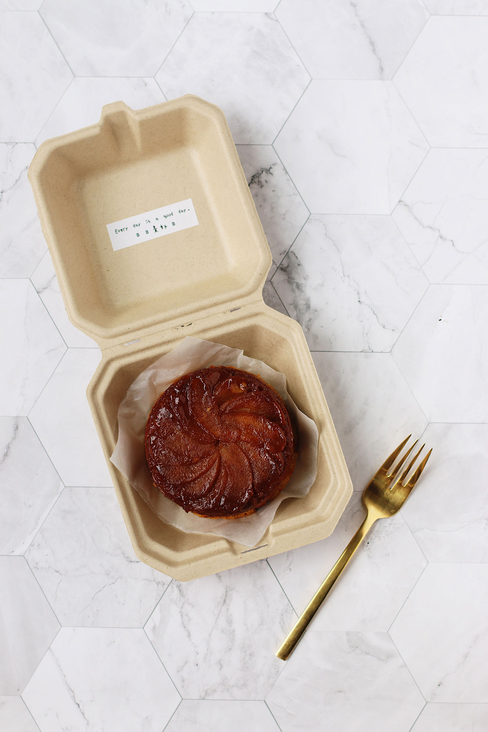 herbakinglab-caramel-apple-upside-down-cake-in-the-box
