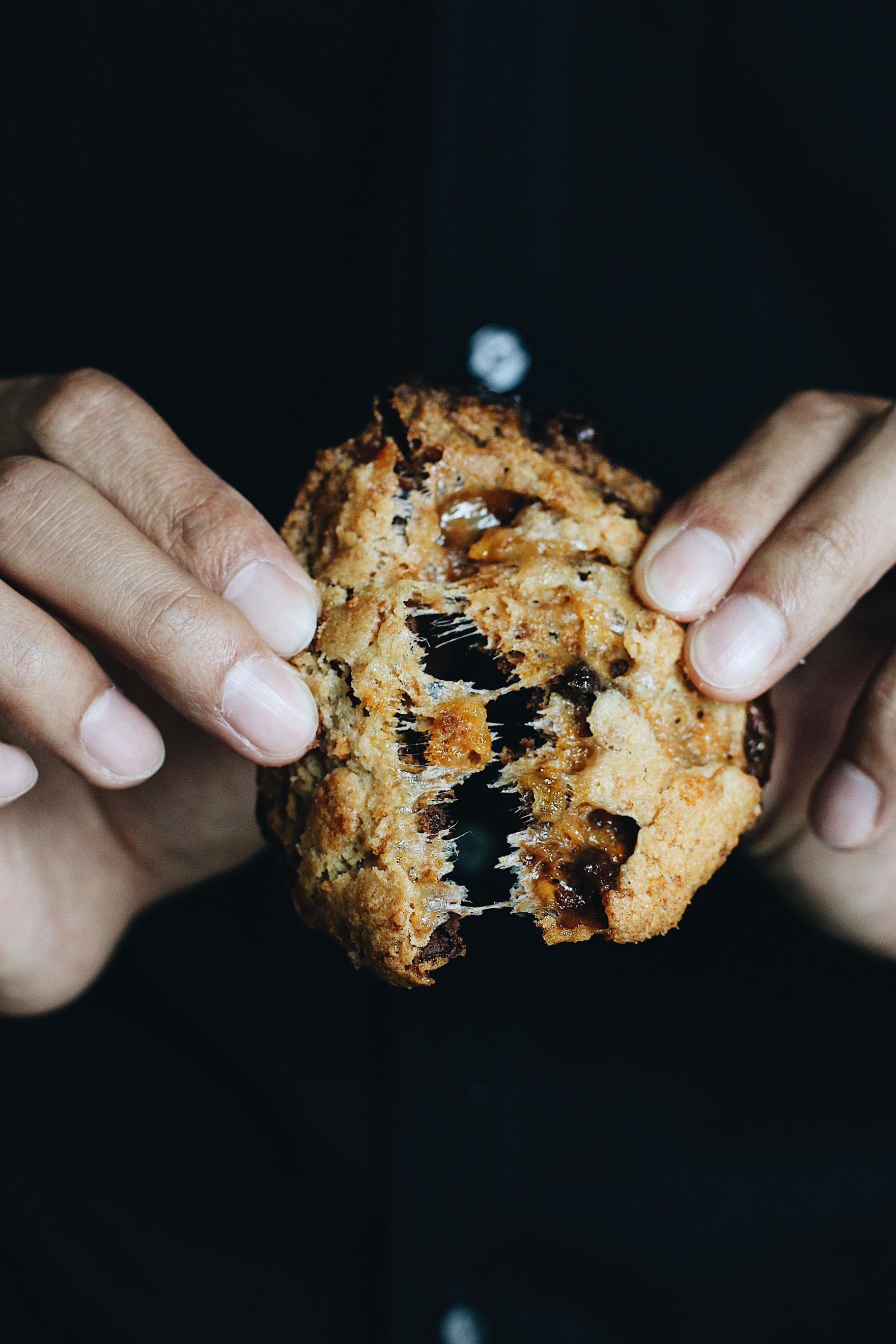 momofuku-milk-bar-cornflake-marshmallow-chocolate-cookie-pull-apart
